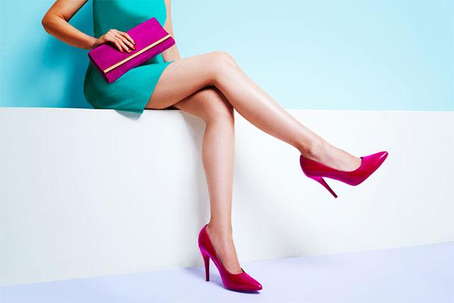 ドレス姿の女性の足