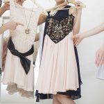ドレスを選ぶ女性たち