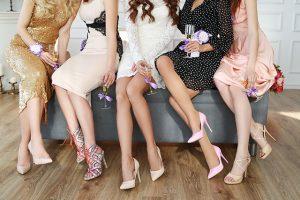 ドレスを着た若い女性達
