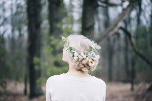 冬の森の中で白いドレスを着た女性