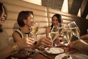 同窓会で乾杯する女性たち