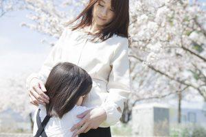 桜の樹の下の母と子