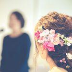 結婚式のスピーチをする女性