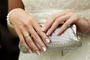 結婚式のバッグを持つ手