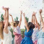 結婚式のお祝いをする友人たち