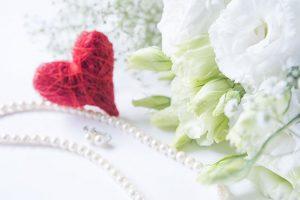 お呼ばれした結婚式で身につけるネックレスのマナーと選び方のポイント
