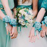 ブーケを持つ花嫁とブライズメイド