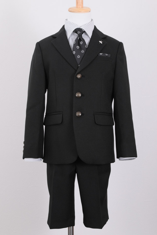 黒ジャケット×ストライプシャツ×ハーフパンツ