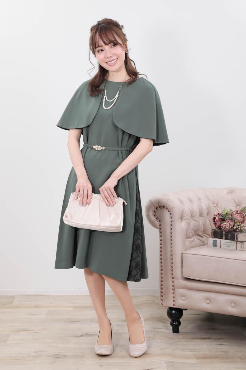 グリーンのケープ風袖ドレス